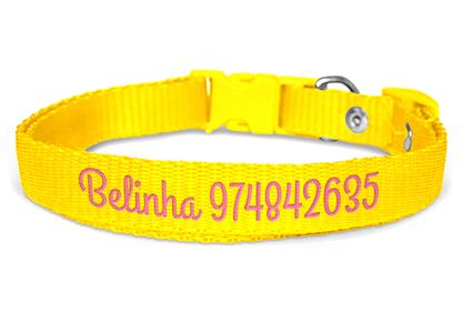 Mockup da Coleira Personalizada Bordada Amarela.